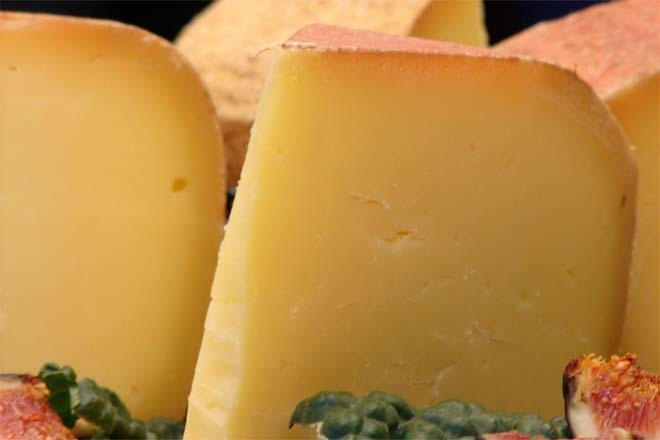 Cheddar Cheese vs Parmesan Cheese - Difference and