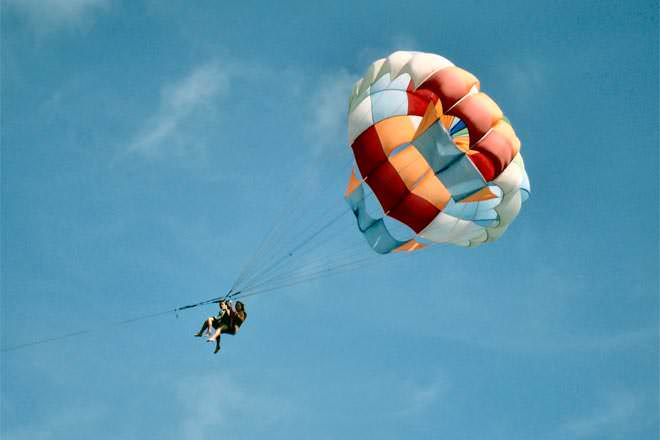 Paragliding vs Parasailing - Difference and Comparison | Diffen