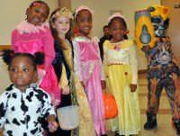 Niños disfrazados pidiendo dulces en Halloween.