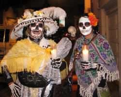 Personas en disfraces del Día de los Muertos.